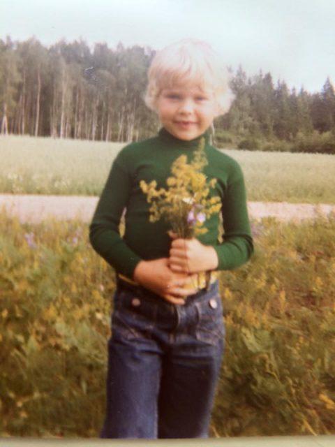 pojke håller i en bukett blommor